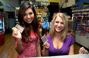 imagen Dos jóvenes estudiantes follan con un amigo en el supermercado