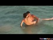 imagen Pareja follando en medio de la playa