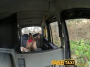 imagen Espectacular rubia follando en un taxi