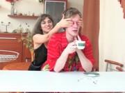 imagen Madre se folla a su hijo en la cocina