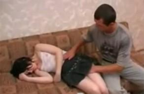 imagen Se folla a la hermana de su amigo mientras duerme