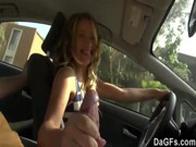 imagen Rubia se estrena en el porno con una follada en el coche