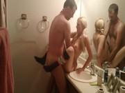 imagen Pareja amateur follando en el baño