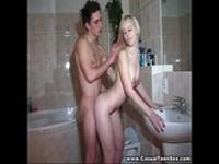 imagen Dos adolescentes se lo monta en el wc