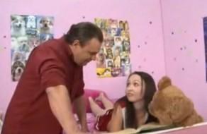 imagen Hija follada por su padre mientras la madre no está