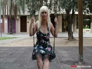 imagen Rubia masturbándose en un parque público