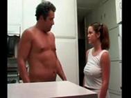 imagen Se encuentra con su padre en la cocina y acaba follada