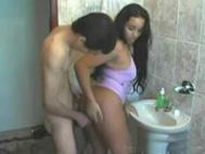 imagen Latina follando en el baño con su novio