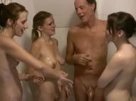 imagen Hermanos se montan una orgía en la ducha