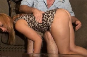imagen Rubia adolescente castigada por su padre