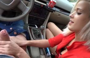 imagen Rubia de 20 años follada en el coche