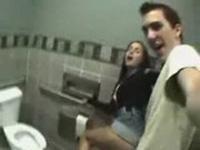 imagen Sexo en los baños del instituto