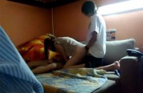 Imagem menage na cama de adolescentes por primeira vez