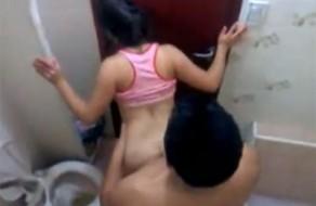 Imagem vídeo amateur camera escondida no banheiro