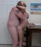 imagen Gordo abusando de su hija pequeña
