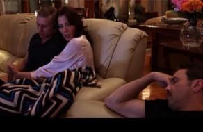 imagen Le hace una paja a su hijo con su marido al lado