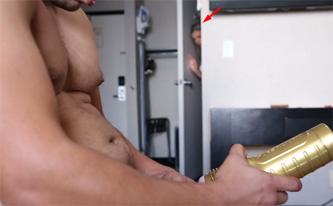 Chica masturba a su hermano