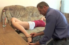imagen Padre abusa de su hija borracha