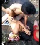 imagen Grupo de amigos follan a adolescente en el bosque