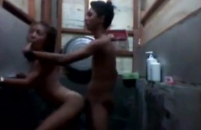 imagen Pareja adolescente culeando en el baño