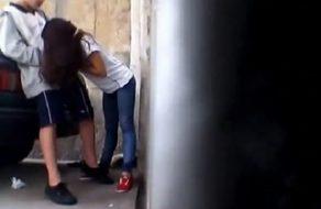 imagen Adolescente grabada en la calle haciendo una mamada