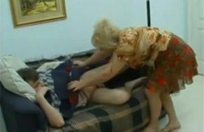 imagen Madre tetona abusa de su hijo dormido
