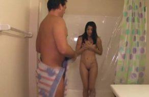 imagen Asalta a su hija en la ducha para follársela