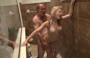 imagen Gordo se folla a su hija en la ducha