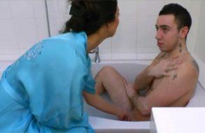 imagen Madre da un baño a su hijo adolescente y se lo folla