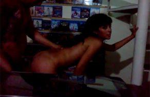 imagen Trio con una jovencita en el videoclub