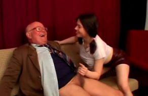imagen Abuelo disfruta del coño de su nieta más puta