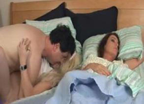 Esposa follada al lado del marido