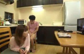 imagen Madres japonesas pillan a sus hijos viendo porno, y se los follan