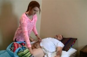 imagen Abuelo enfermo coge con su nieta pelirroja