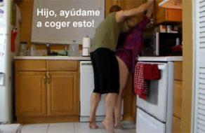 imagen Acosa a su madre en la cocina y se la logra follar