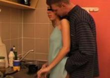 imagen Padre acosa a su hija cocinando y se la folla