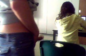 imagen Alumno se por la espalda de su compañera sin que ella se de cuenta