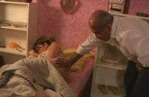 imagen Padre despierta a su hija metiéndole mano y la viola