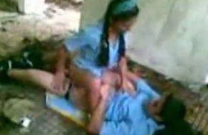 imagen Colegiala folla en el patio con un compañero