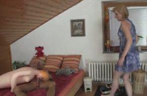 imagen Madre pilla a su hijo follando con una muñeca hinchable