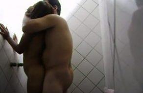 imagen Padre coge a su hijita en la ducha – Incesto real