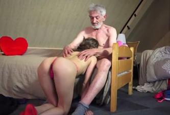 Abuelo tiene sexo con la empleada - 1 part 3