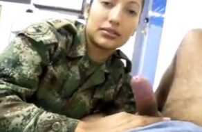 imagen Mujer militar mama la verga de su superior – Escándalo sexual