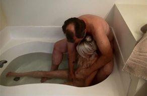 imagen Desvirga a su inocente hija en la bañera