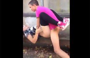 imagen Dos chavales se follan a la amiga en la calle