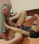 imagen Viejo guarro fuerza a su hija a tener sexo con el