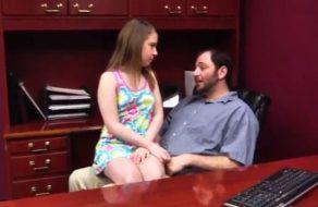 imagen Incesto padre hija sobre la mesa del despacho