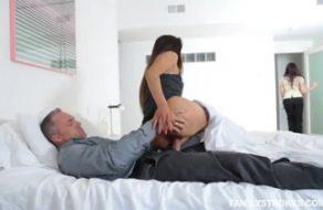 imagen Padre e hija tienen incesto a escondidas de mama