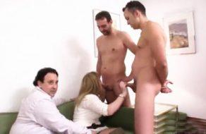 imagen Marido cornudo comparte a su esposa con dos chicos