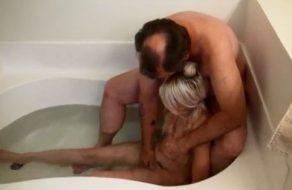imagen Padre abusa de su inocente hija en la bañera